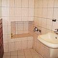 浴室有個凹槽可置放盥洗用具