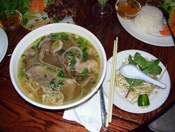 超大碗的越南河粉