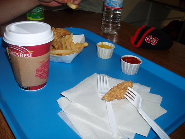 雪場食物不便宜~雞條加上一杯咖啡索價不斐~