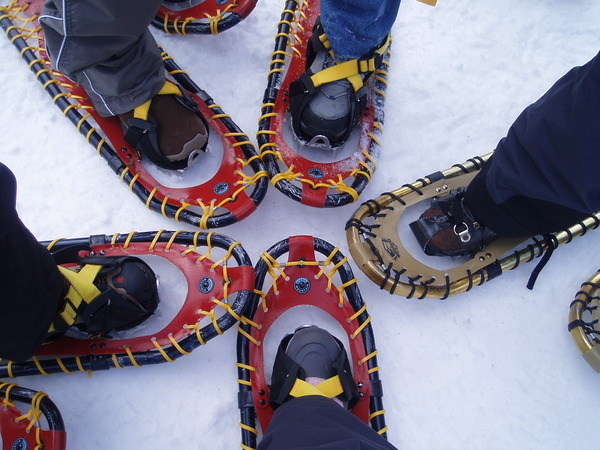 穿上笨重的爬雪鞋