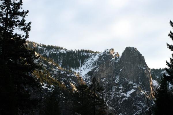 越往山上開~山頂都是未融的積雪