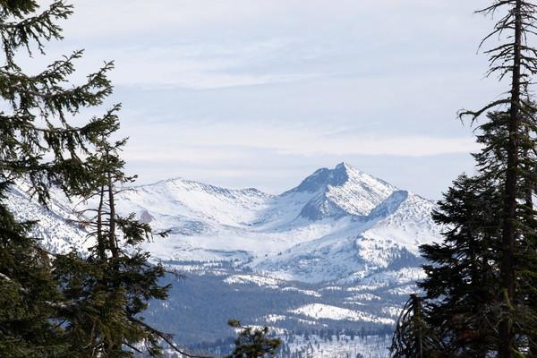 遙望白雪靄靄的對山