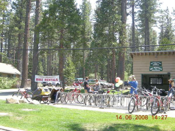 很多地方都可以租到腳踏車遊湖