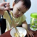 飛飛用筷子吃綠豆椪