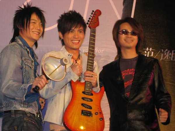 F.I.R的陳建寧老師送專業的Fender吉他