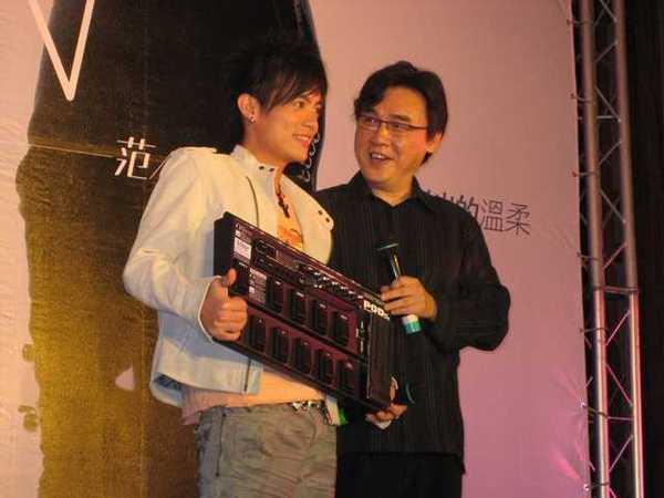 豐華總經理獻上專業用吉他專業揚聲器