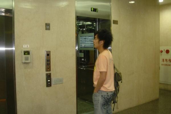 一大早趕通告..等電梯也不忘補眠一下