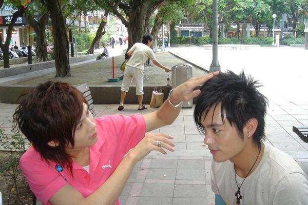 我們在永康街公園出外景..請陳奕大師幫我整理一下頭髮