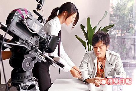 小范在MV裡扮演作家