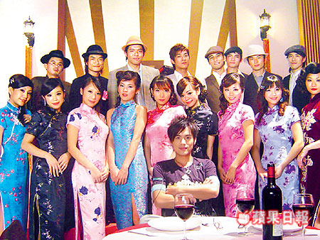 他第一次和這麼多的旗袍辣妹拍MV,桌上擺的酒是假酒