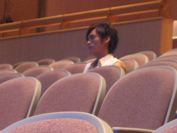 在觀眾席欣賞陳奕的採排