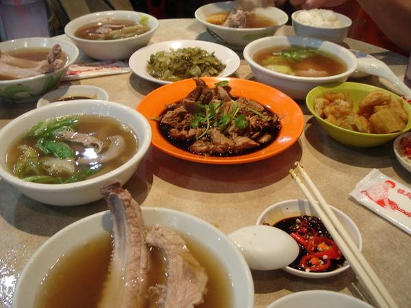 整桌滿滿的肉骨茶+豐盛的小菜