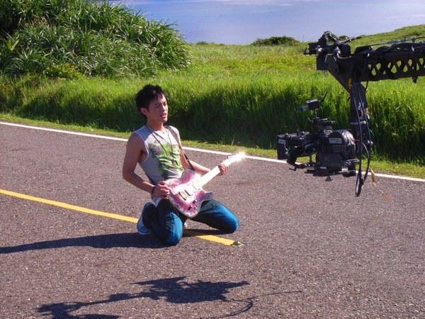 複製_-在烈日下的公路上彈唱.jpg