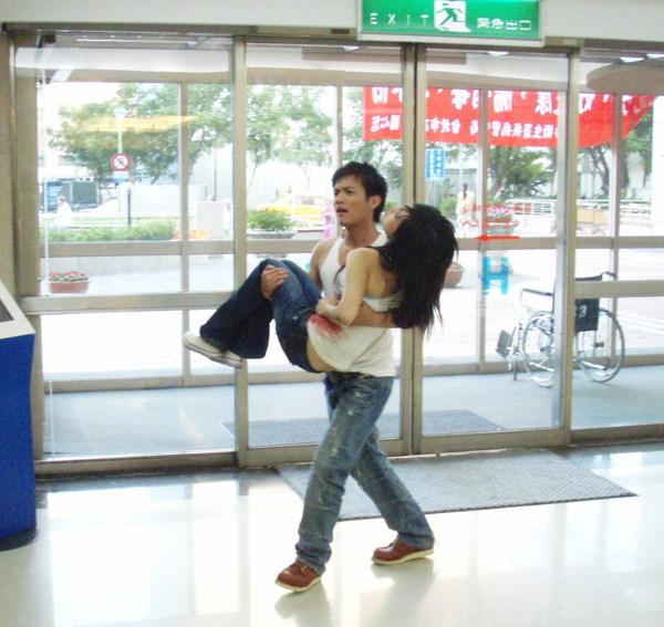 兩人因為在醫院外真重摔,讓接下來.jpg