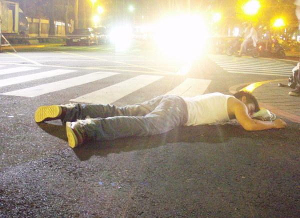 范逸臣拍被車撞的鏡頭真實逼真.jpg