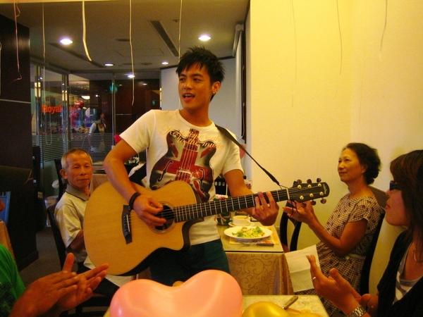 范逸臣以情歌王子身份我兩對幸運夫妻獻唱.JPG