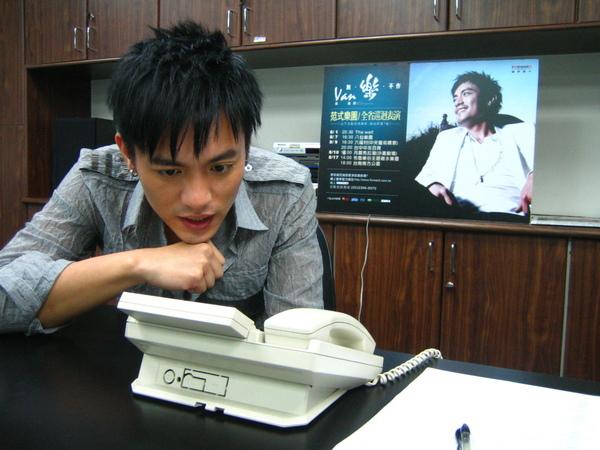 露天預購認真打電話給歌迷.JPG