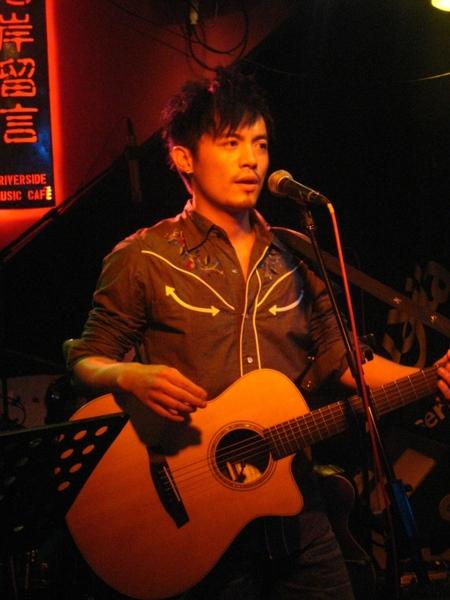 小范以『阿嘉』的神情彈唱.JPG