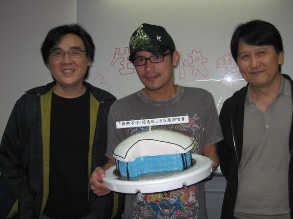 明(左)、李世忠為小范慶生