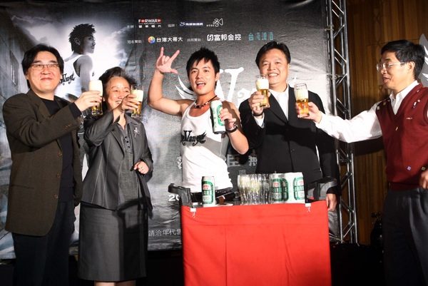 B8謝樹恩、台灣啤酒科長陳螢龍舉杯同賀.jpg