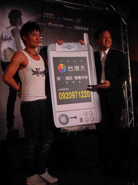 哥大副總謝樹恩代表致贈小范幸運門號.JPG