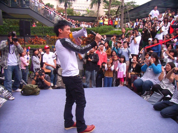 小范面對支持歌迷,重現電影中大聲公演唱經典畫面.JPG