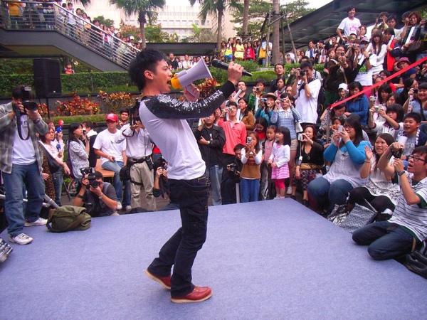 小范面對支持歌迷,重現電影中大聲公演唱經典畫面2.JPG
