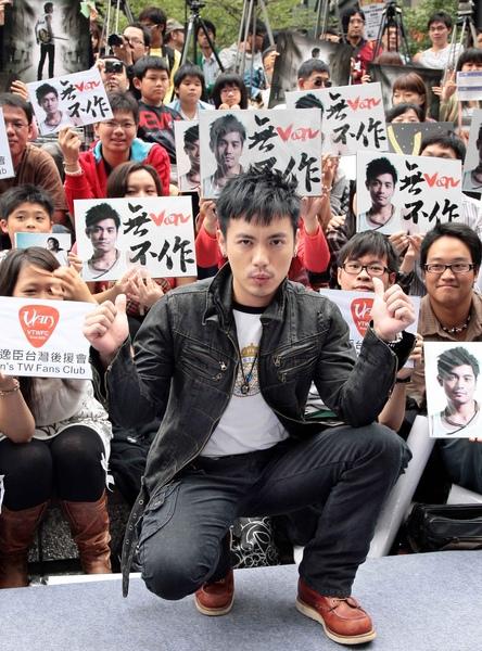 小范與歌迷合照.jpg