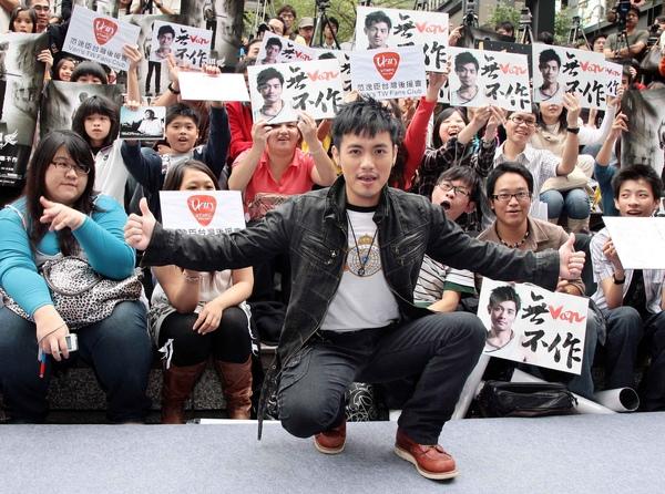 小范與歌迷合照1.jpg
