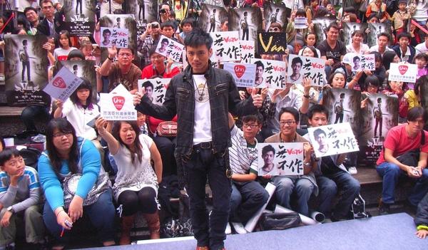 小范與歌迷合照4.JPG