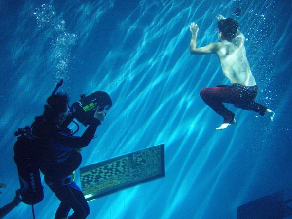 4除水底攝影師,還有救生員池中待命.JPG