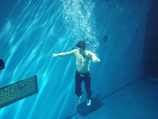 88池底,還被要求要產生許多美麗的氣泡.JPG