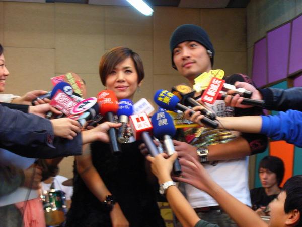 張清芳探小范的班,媒體採訪陣仗大.JPG