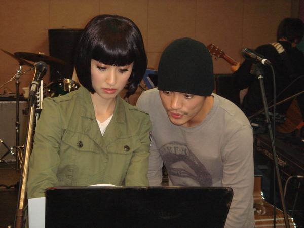 千繪對中文歌詞有興趣,小范在旁逐字教.jpg