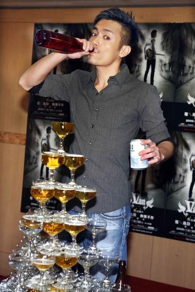 小范開心的直接對嘴喝瓶裝台啤2.jpg
