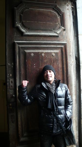 嘿嘿  200年的門啦