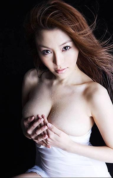 皇驛娛樂城--美女湿身 迷人秀嫩胸