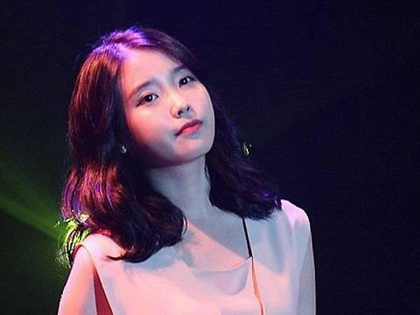 皇驛娛樂城//「口愛教主」IU被狂迷偷襲 闖入舞台嚇人