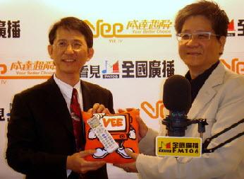 威達超舜總經理黃彥男(左)與全國廣播總經理林俊杰代表兩家媒體進行結盟,交換代表物
