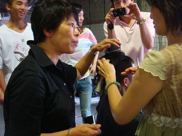 這位是我們的造型設計大師萍萍老師。