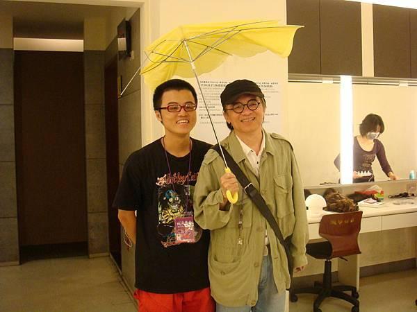那天強颱來襲鄧哥的傘一下車就被吹爛。