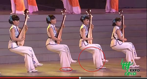 前排彈琵琶的12金釵及後排小提琴她們是怎麼坐下的
