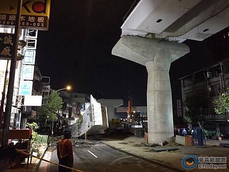 台中捷運50公尺鋼梁墜!一台轎車當場被壓成「鐵餅」,車內女駕駛當場死亡。