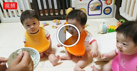 爸爸給3胞胎喂飯卻忘了喂老二,下一秒老二的反應,看一次笑一次.png