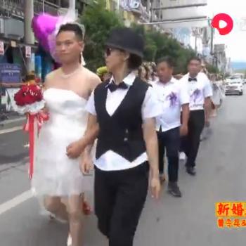 湖南倒插門婚禮,太搞笑了,新郎穿婚紗,新娘像女漢子一樣.png