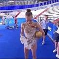 藝術體操比賽,白俄羅斯妹子技術驚艷,一個人玩皮球也不亦樂乎.jpg