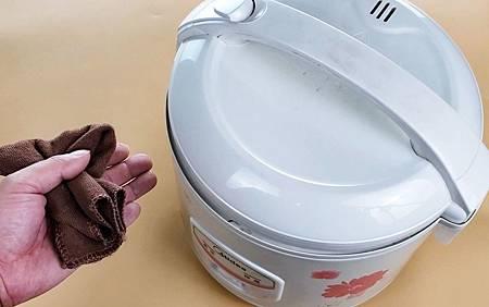 ♥ [影片分享] 今天才知道,電飯鍋這樣擦,又快又乾淨,用一年還像新的一樣,方法實用.jpg