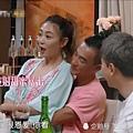 ♥ [影片分享] 應采兒喝多坐到陳小春的腿上,誰注意到他手放的位置?網友:男人的通病.jpg