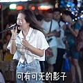 ♥ [影片分享] 女孩街頭演唱《囚鳥》走紅,撕心裂肺的歌聲讓人動容,太好聽了。.jpg
