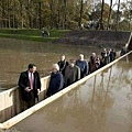 ♥ [影片分享] 世上最「戲劇」的橋:工人建造把圖紙拿反了,完工後成為世界上唯一的「隱形橋」.jpeg